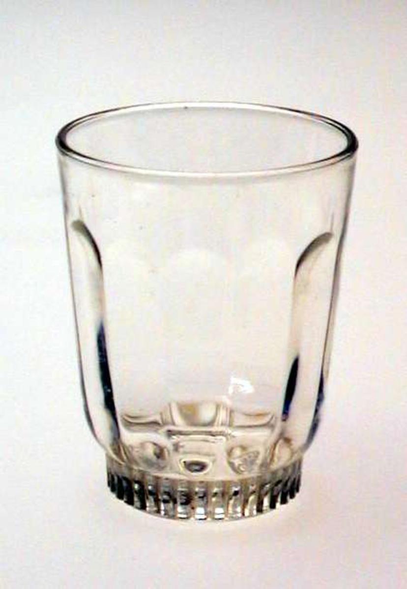 Glass med riflemønster nederst.