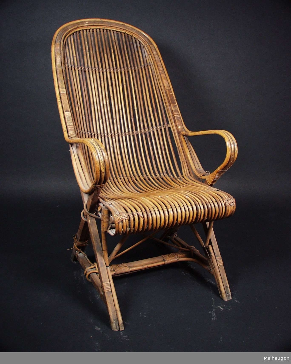 Kurvstol i bambus med høy rygg.