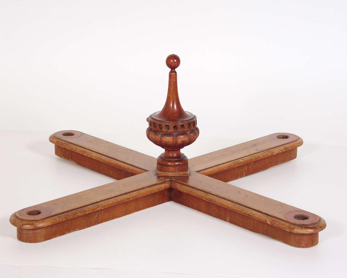 Bordsprossen er av mahogny med skårede og dreide detaljer.