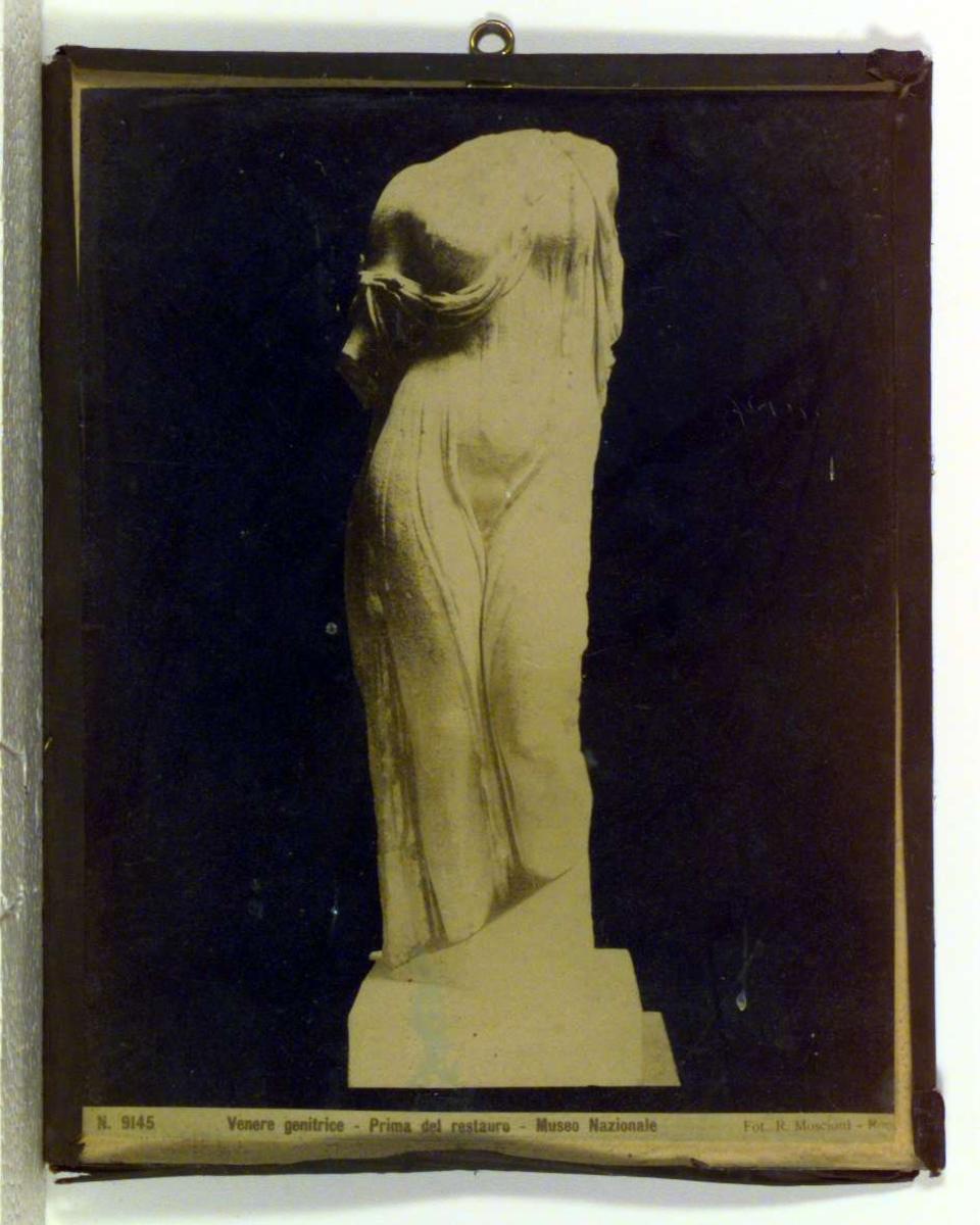 Bildet viser en antikk statue av en kvinne. Statuen mangler hode og armer.