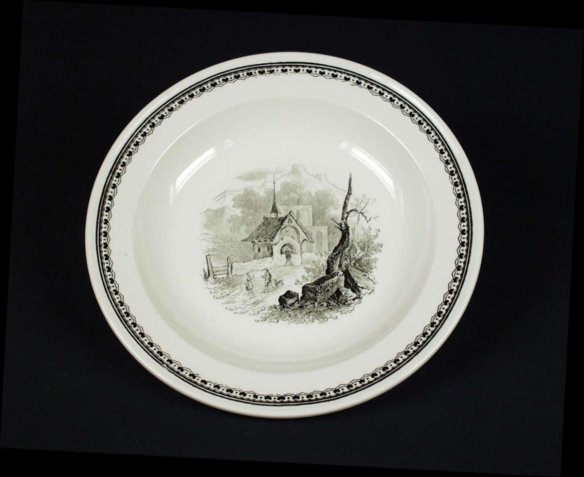 Desserttallerken i benhvit keramikk. Dekor i sort trykk. Sort stempel.