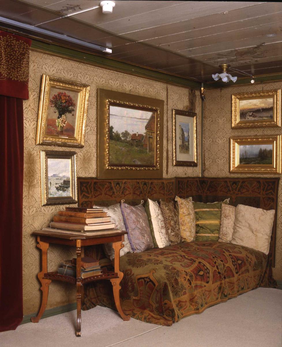 DOK:1991, Aulestad, interiør, stue, divan, malerier, puter, bøker,