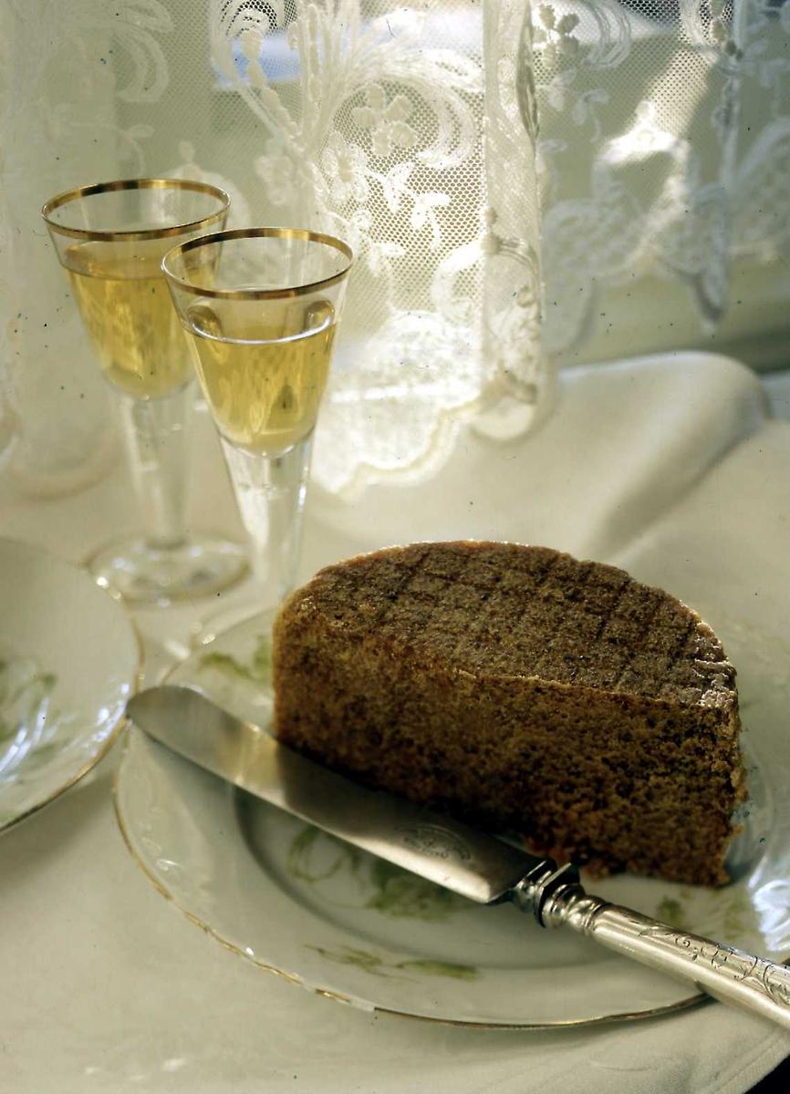1995:Til bords med BB, drikke, gammelost, glass, kniv,