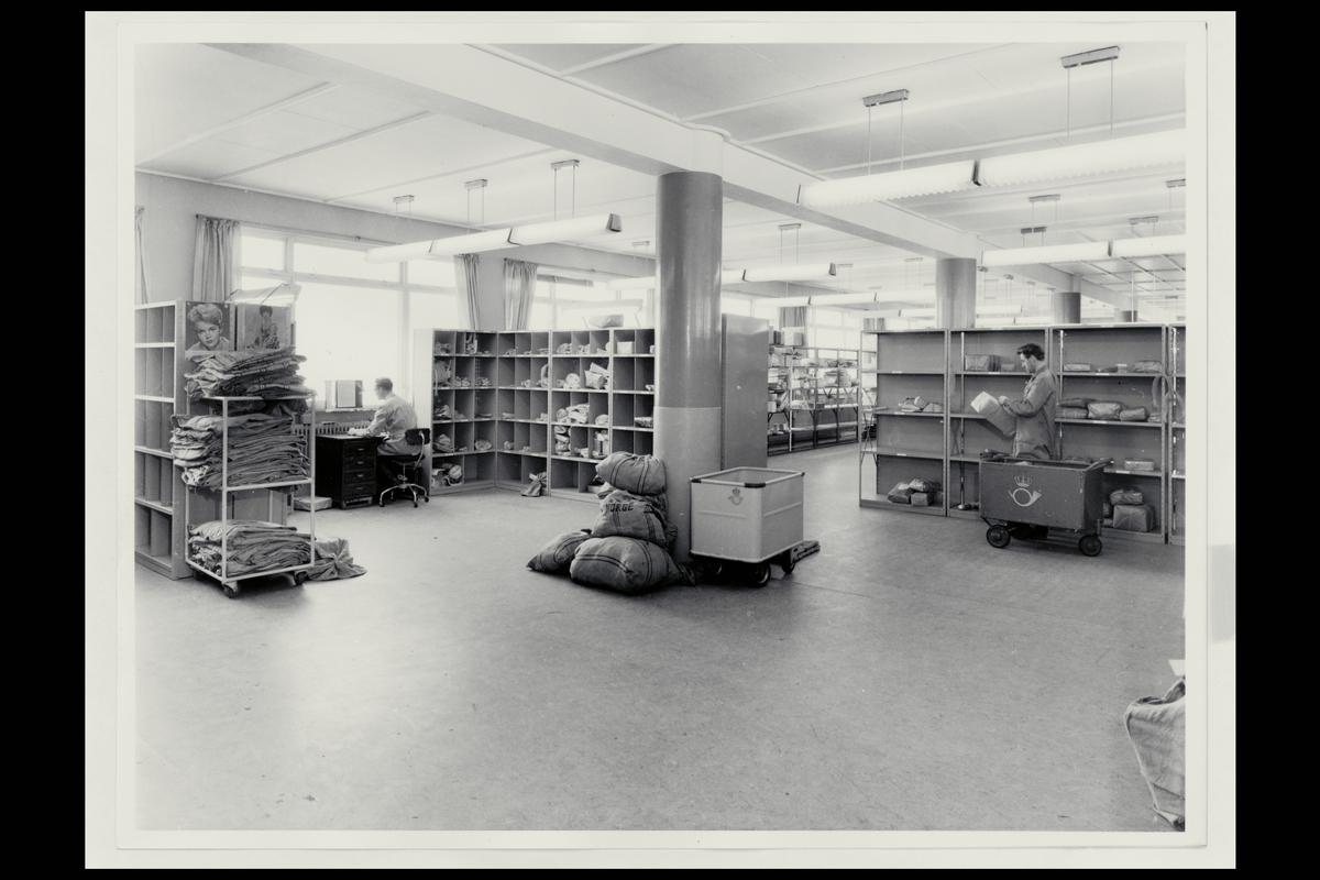 interiør, postkontor, 8000 Bodø, personale, postsekker, pakker, sortering, posttralle