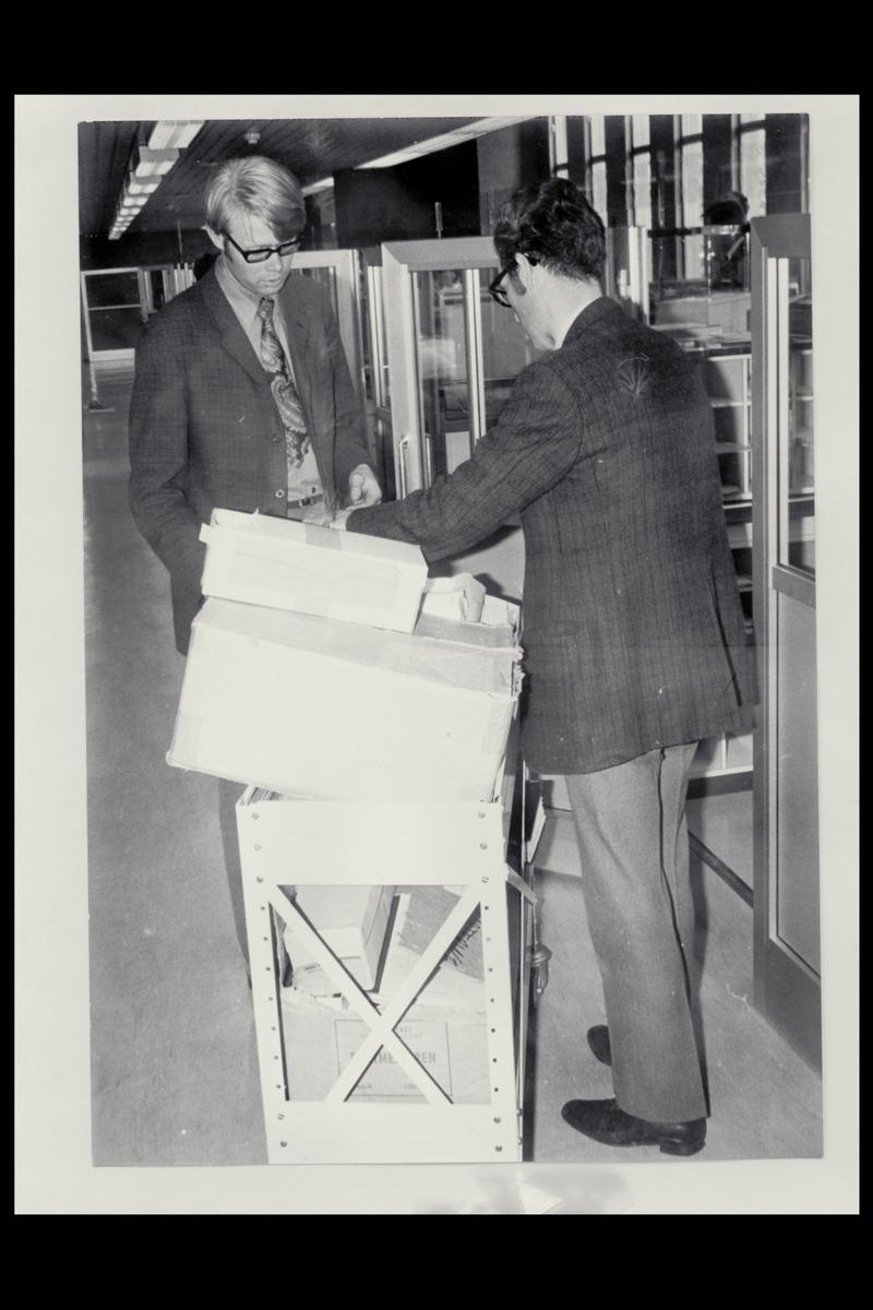interiør, postkontor, 4001 Stavanger, pakker, menn