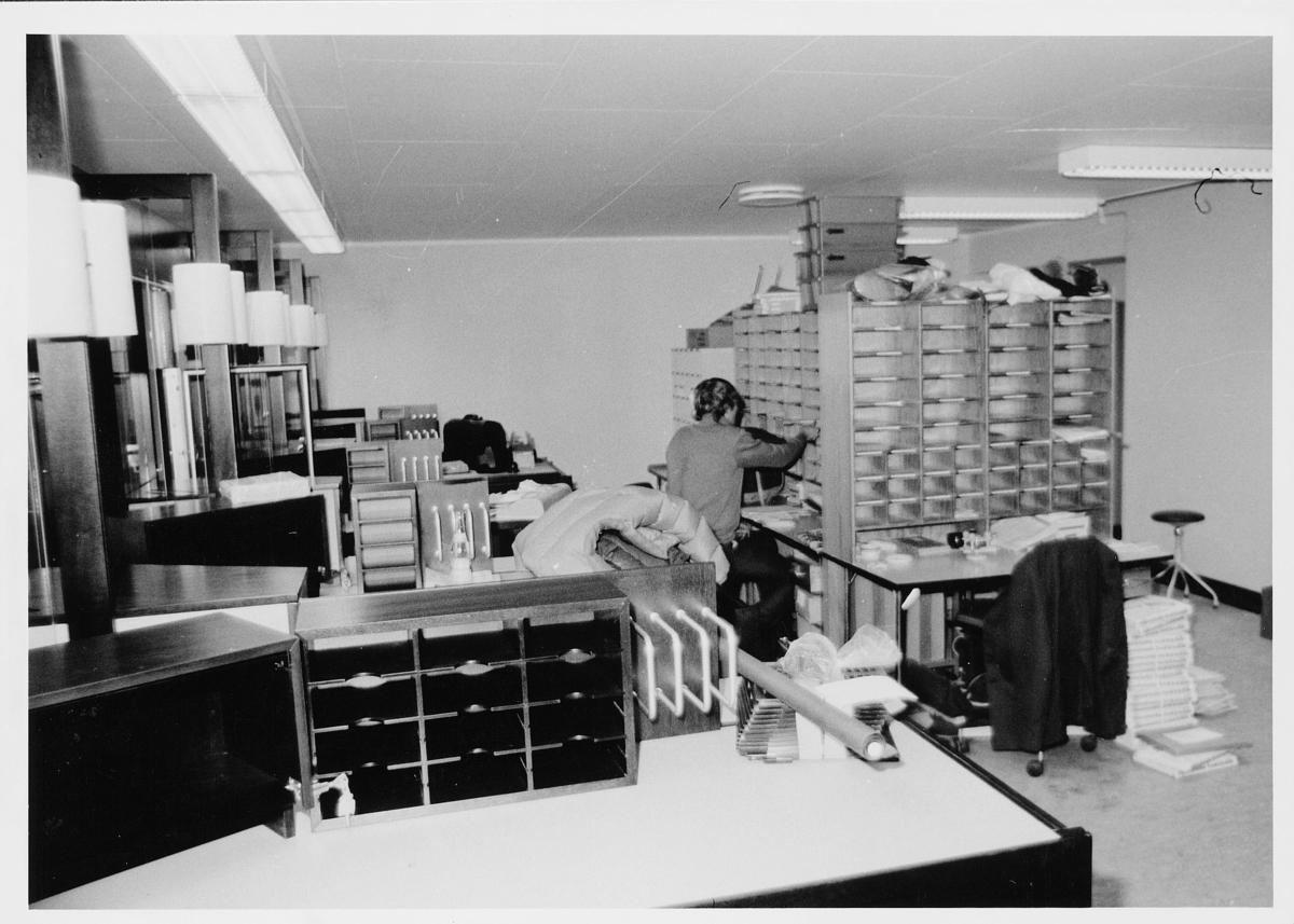 interiør, postkontor, Skedsmokorset, budreoler plassert bak skranken i det nye ekspedisjonslokalet, før det ble tatt i bruk