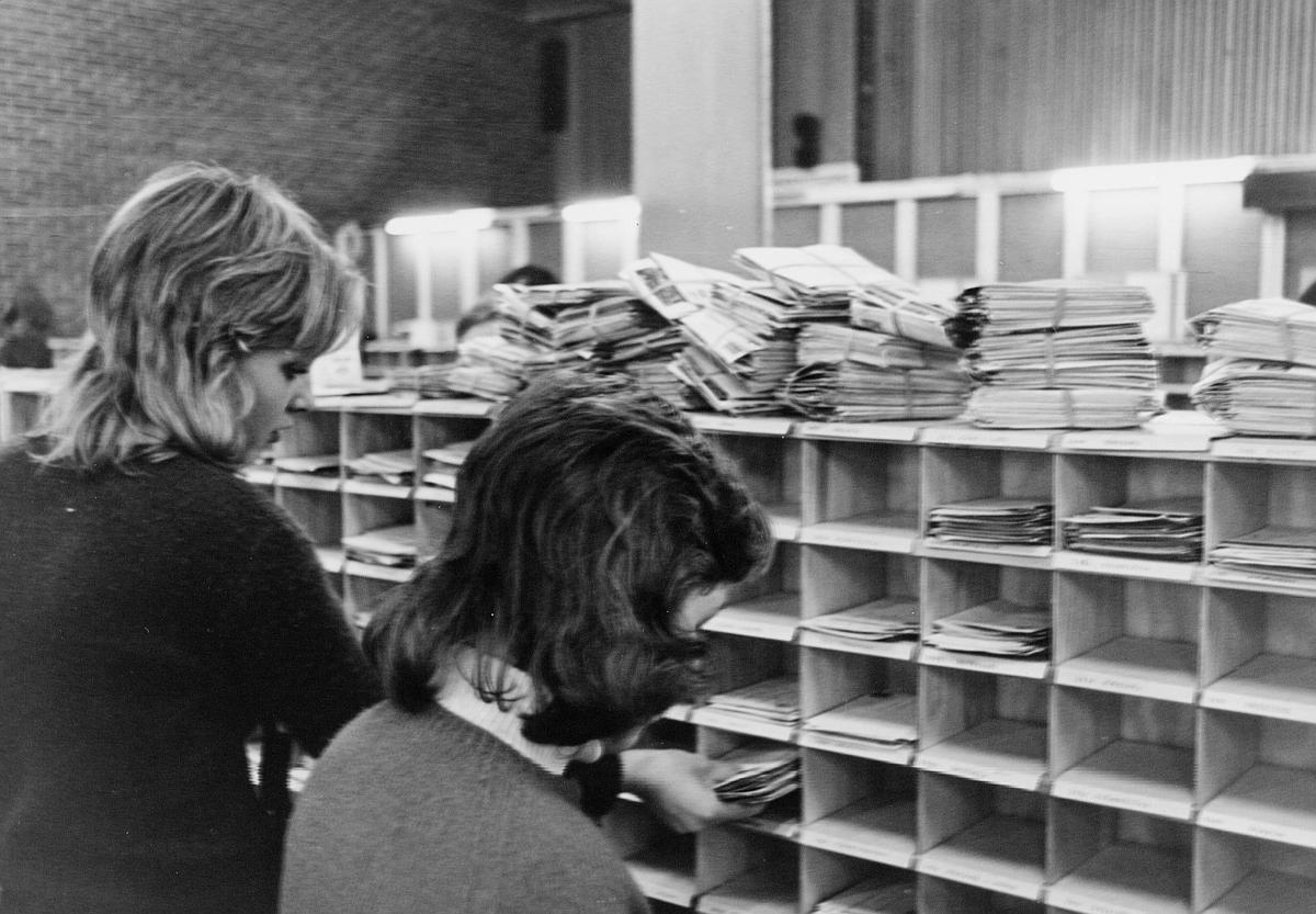 postbehandling, sortering, sorteringsreoler, brevbunter, 2 damer
