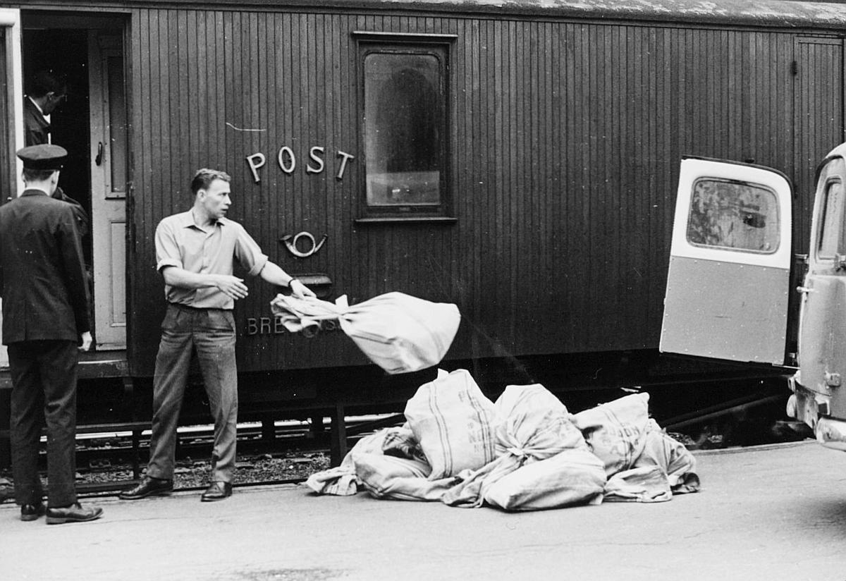 transport, tog, eksteriør, Oslo-Drammen-Hønefoss, postvogn, lossing, lasting, postsekker, postemblem, bil, to menn