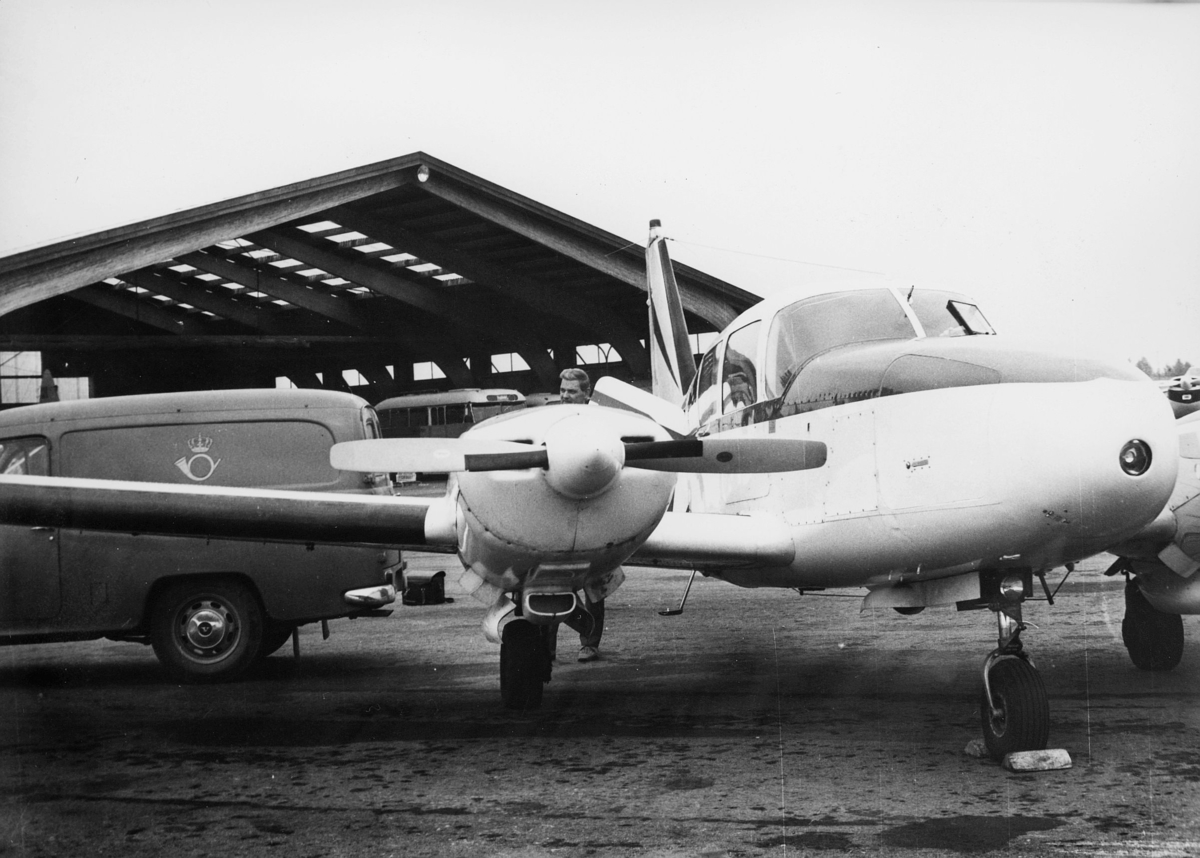 transport, fly, Piper Aztec LN-KAB, eksteriør, på bakken, postbil, Geitryggen flyplass, Skien