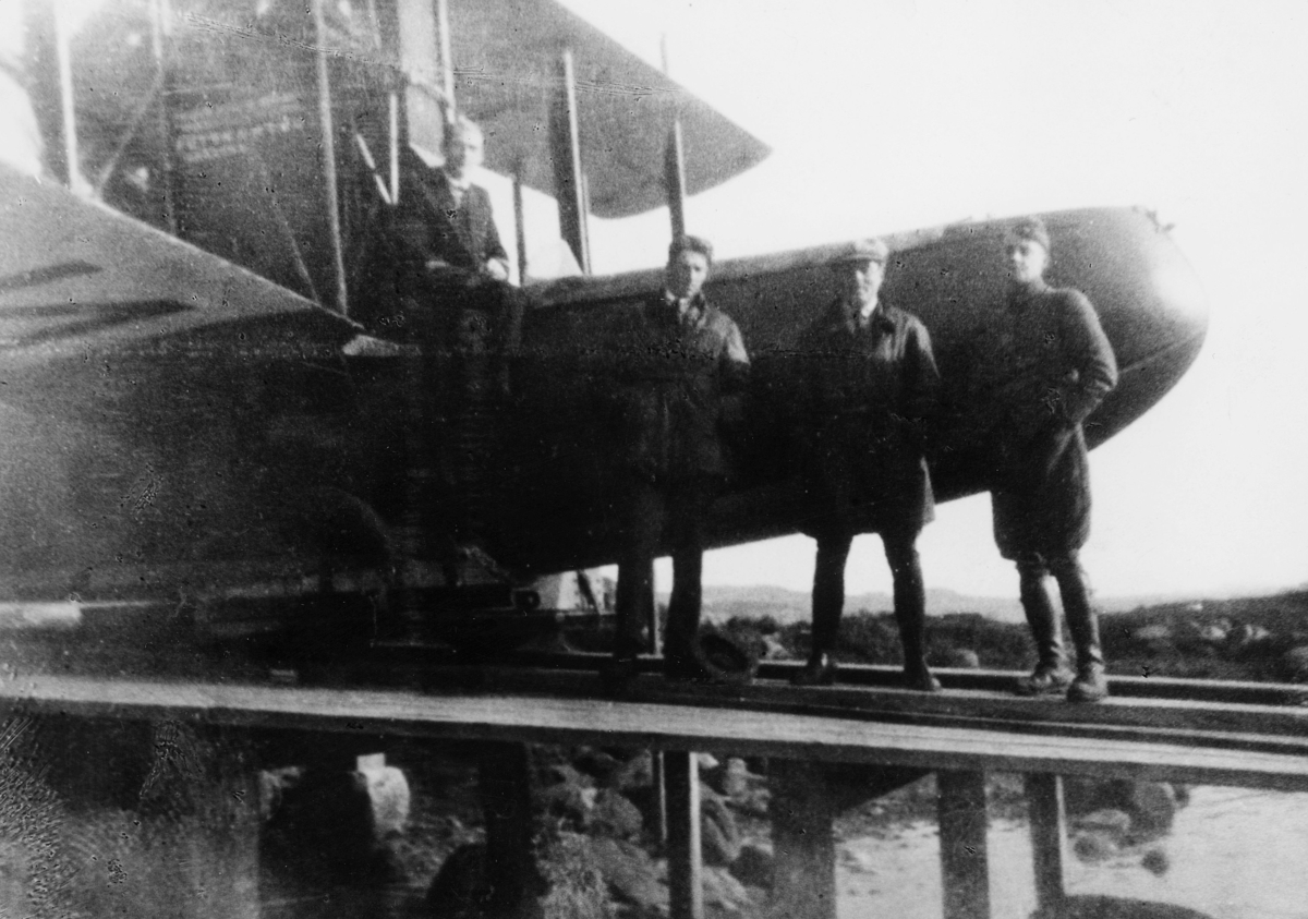 transport, fly, eksteriør, Bergen-Stavanger, fire menn, på land