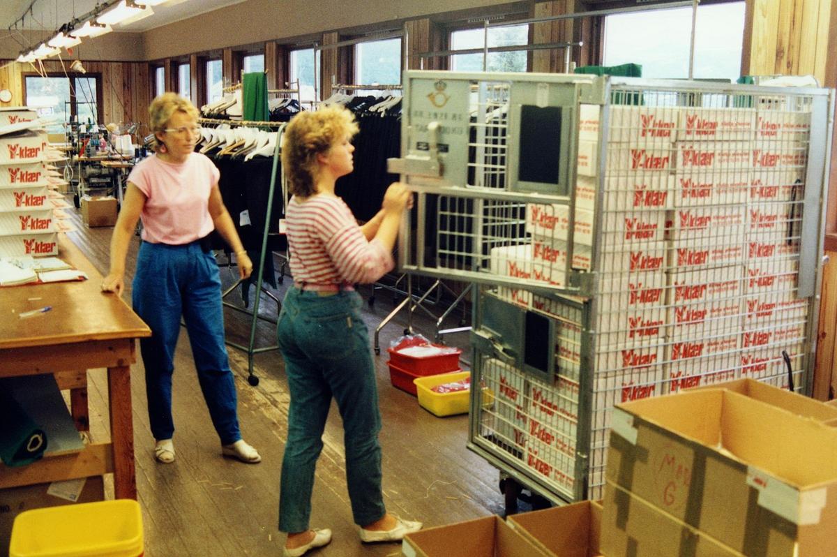 uniform, pakking av Postens profilklær, to kvinner