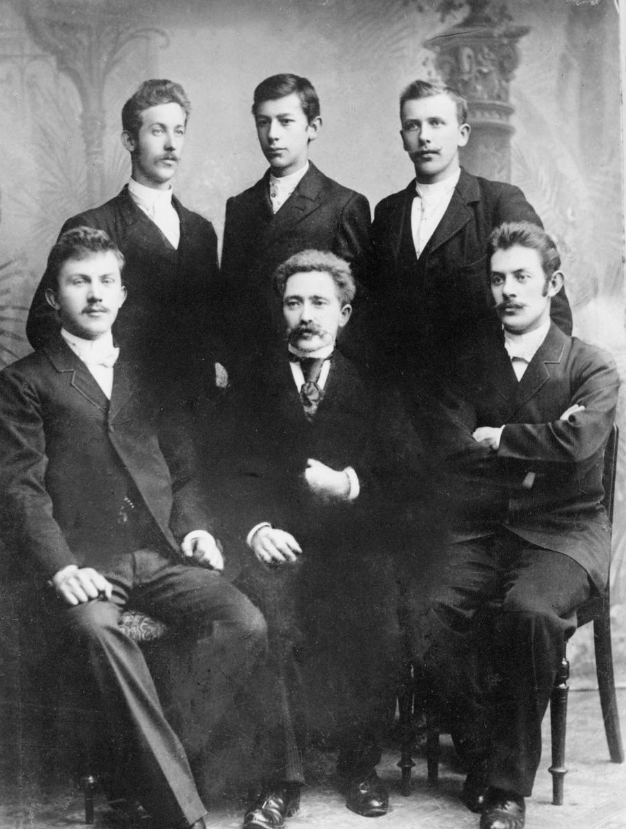 gruppebilde, Kristiansund N postkontor, ass. Ole Buch, ass. Isak Halvorsen, ass. Olaf Hagen, betjent Gunnar Jullum, fullmektig P.M.Sandvold, betjent Harald Solheim