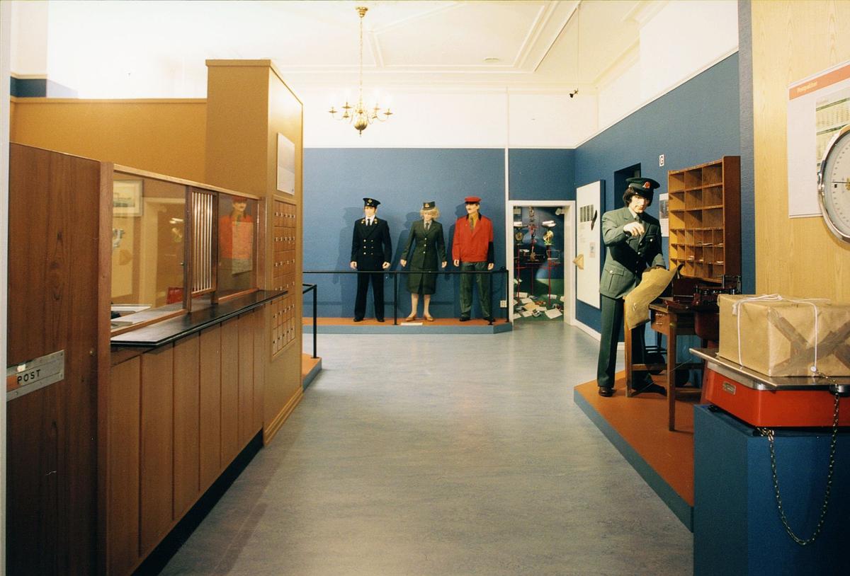 Postmuseet, Oslo, utstilling, postbud på vei ut, uniformer, vekt med pakke, postkontor fra ca 1950 årene