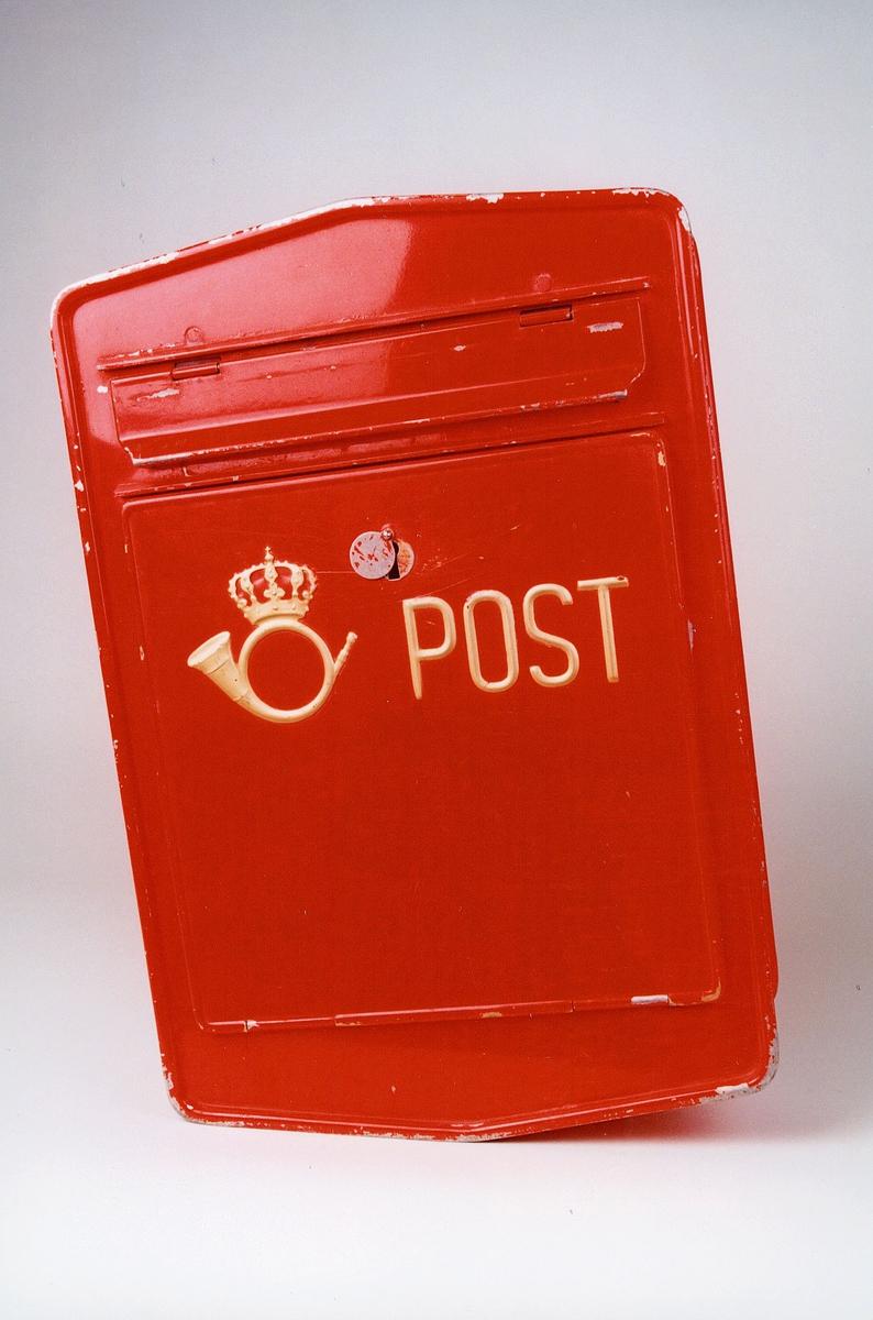 Postmuseet, gjenstander, postkasse, postlogo og post preget i gull, innkast øverst.