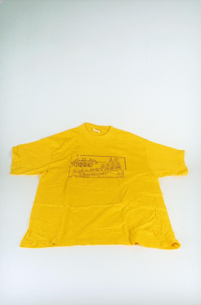 Postmuseet, gjenstander, profilklær, T-skjorte med svart trykk, år 2000 Lillestrøm.