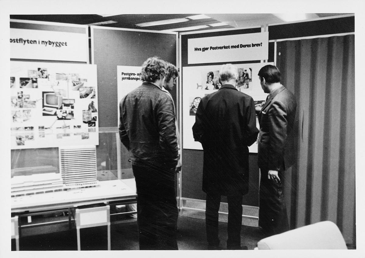 markedsseksjonen, Oslo postgård 50 år, utstlling, 3 menn, modell av postgiro
