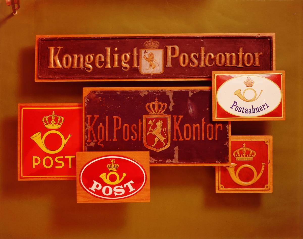 postmuseet, Kirkegata 20, gjenstander, 6 skilt med logo, posthorn og krone, krone og løve, Kongeligt Postcontor, Postaabneri, Post