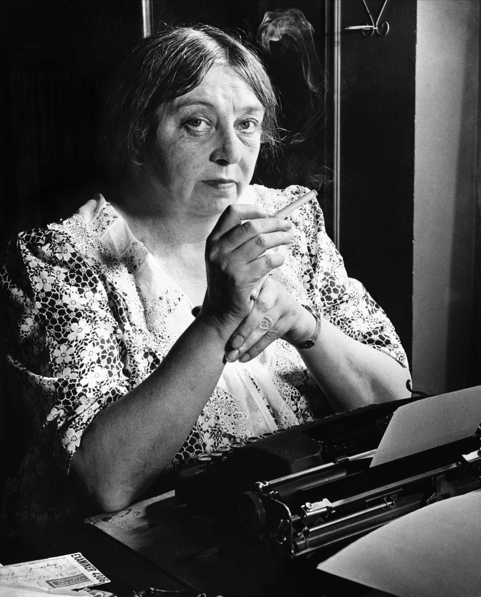 Sigrid Undset ved skrivebordet, hotel Margaret, New York