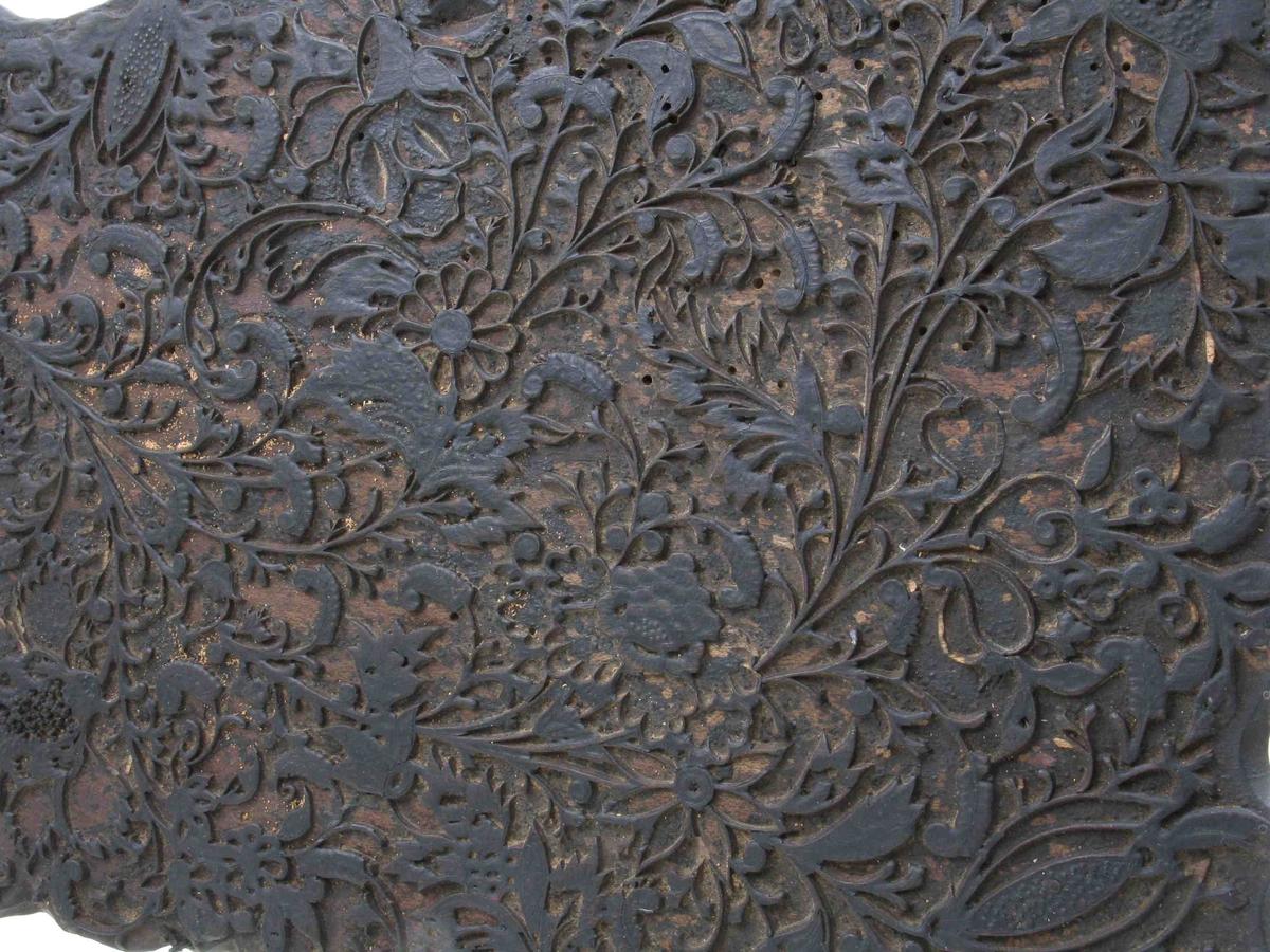 Meget fint skåret tett, tynt blomstergrenmotiv  som fyller hele platen.