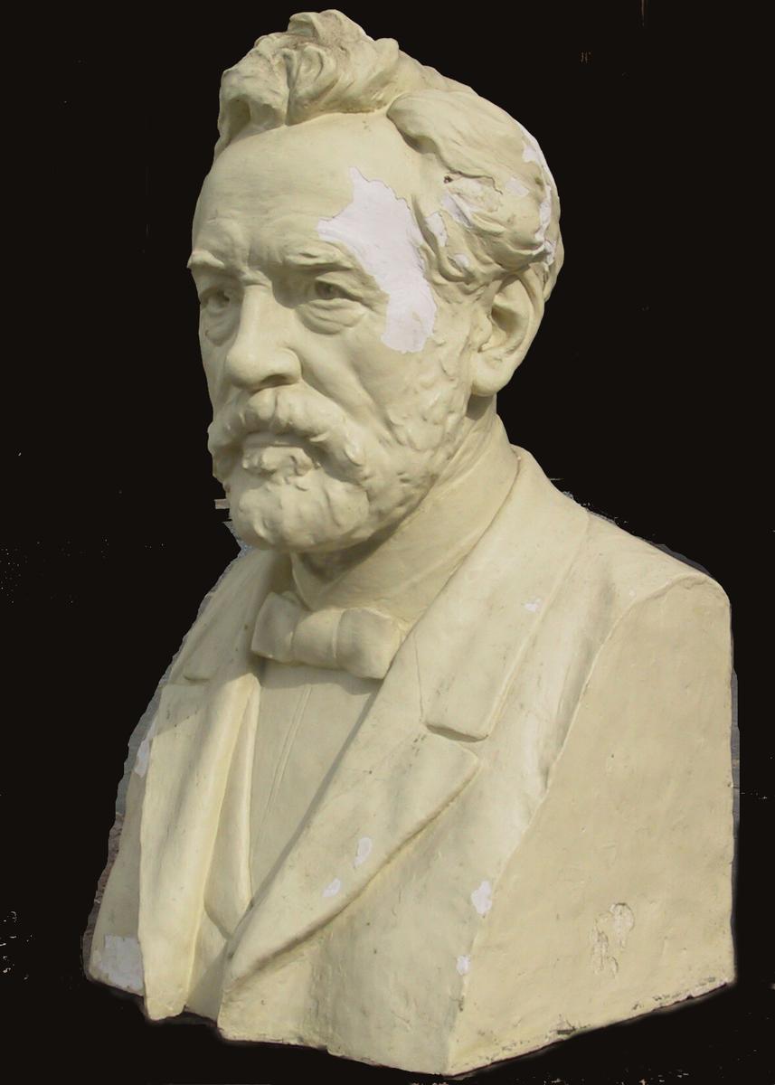 Portrettherme av middelaldrende mann med skjegg. Bysten er modellert etter fotografi.