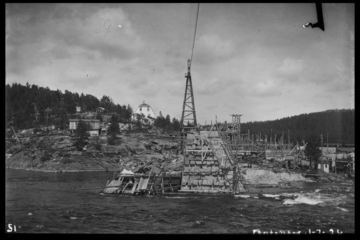 Arendal Fossekompani i begynnelsen av 1900-tallet CD merket 0468, Bilde: 38 Sted: Flaten Beskrivelse: Bilde tatt fra Olsbusida mot bygningsområdet for dammen