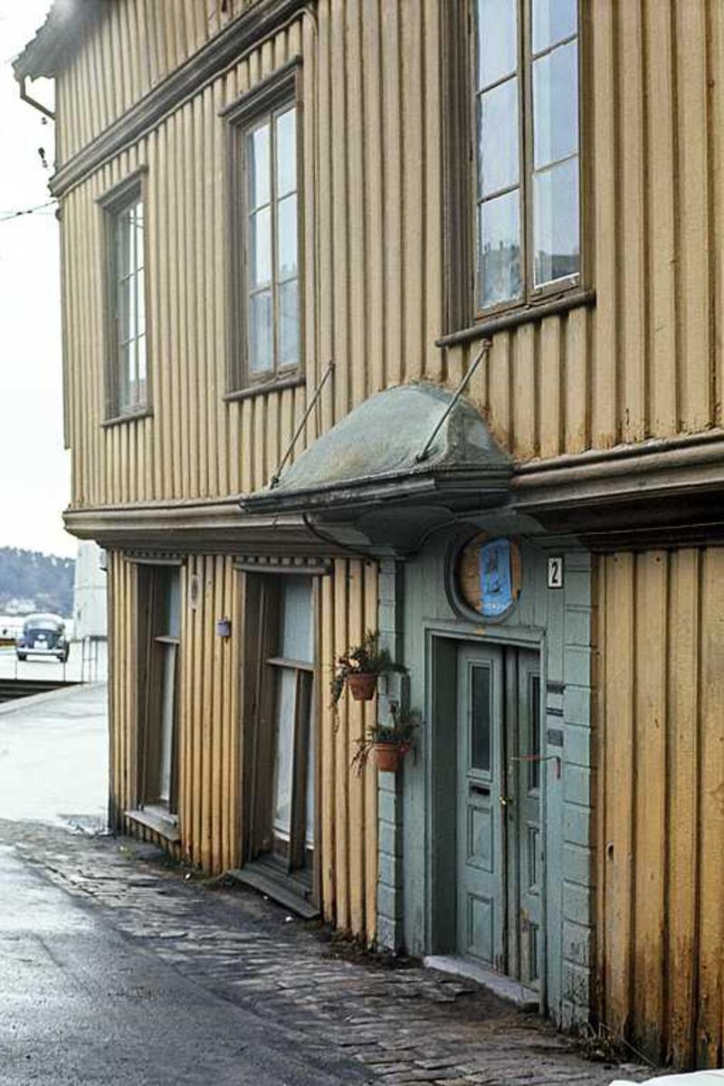 Tyholmen. Det gamle politikammer. Eksteriør mot Fiskebrygga. Portal og utkragende 2. etasje.