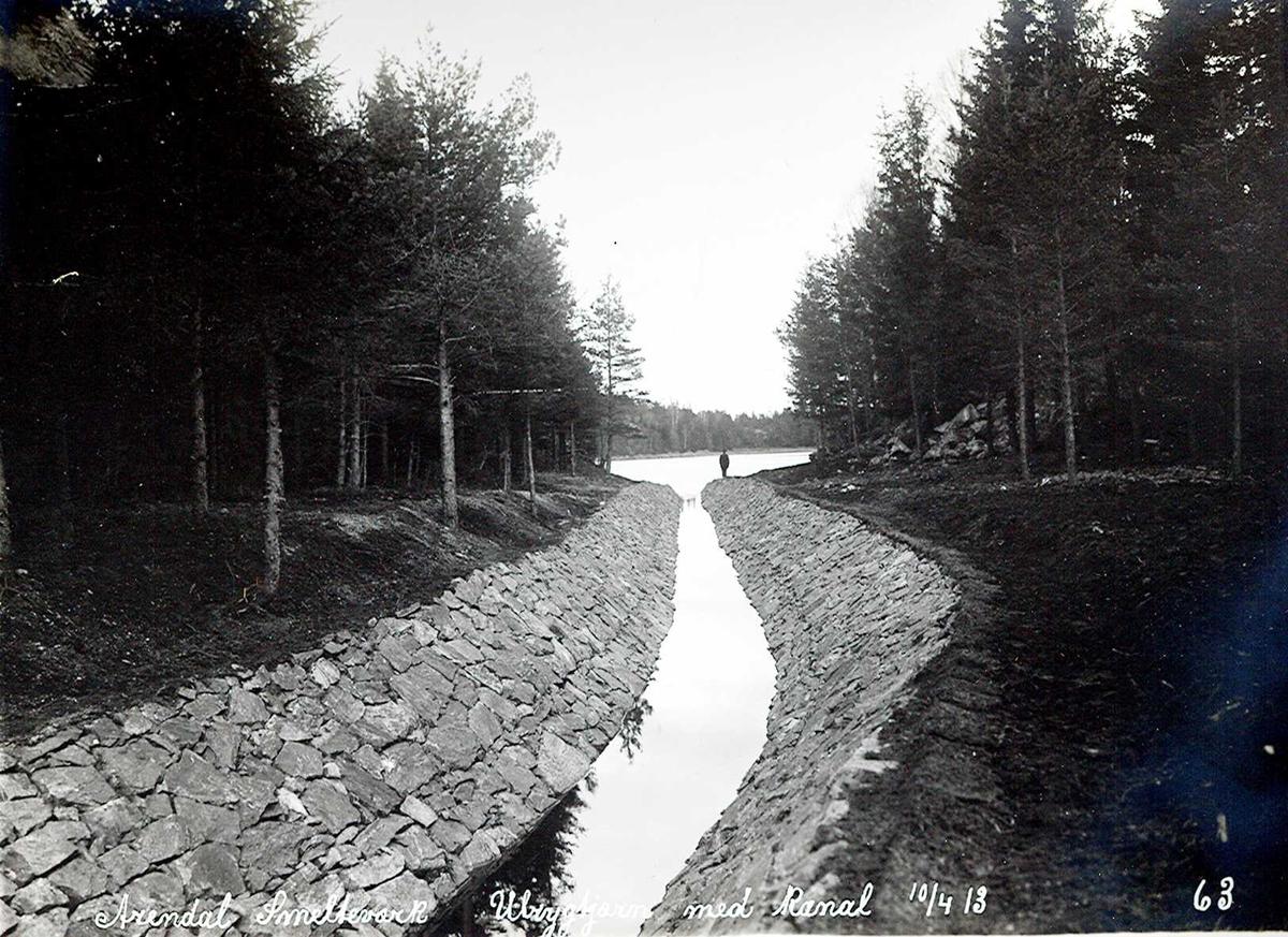 """""""10/04-1913"""" Nitriden. Smelteverket. Steinsatt kanal mellom Ulfryggtjern i det fjerne og Stemtjern. Vannkildene til bedriftene."""