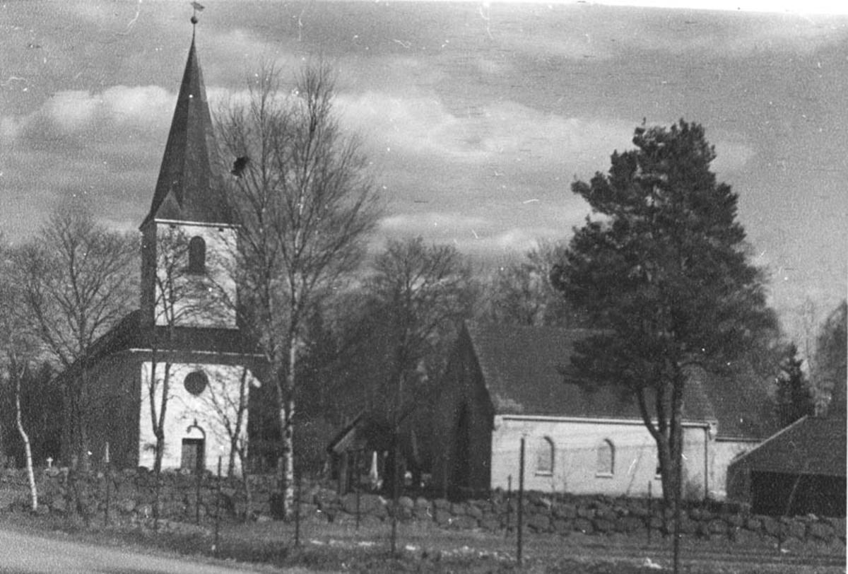 Ski kirke med det nye gravkapellet.