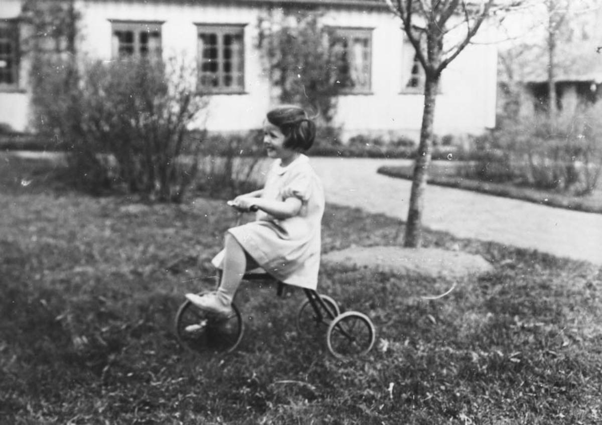 Abigael (Bitten) Hoelstad, f. 1933 på trehjulssykkel