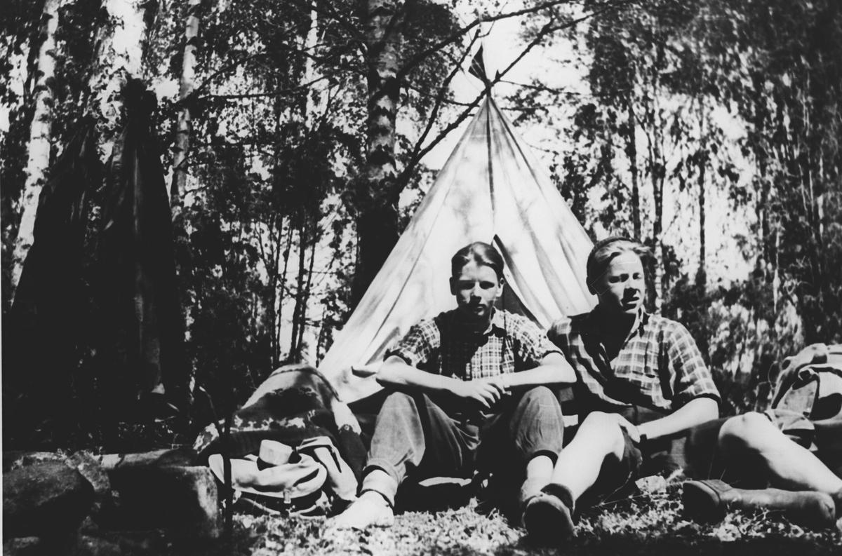 Kjell Reutherdal og Odd Amundsen på telt-tur.