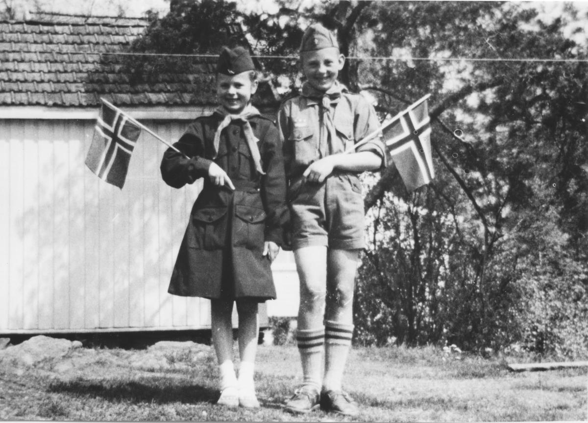 Lisbeth og Lars Amundsen i speideruniform 17.mai