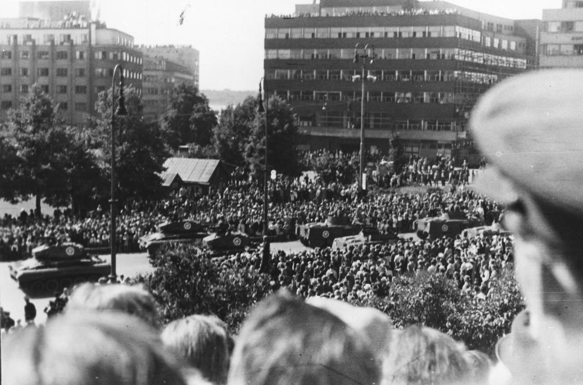 Frigjøringsfeiring i Oslo. Amerikanske Tanks paraderer på Karl Johans gate. Masse publikum.