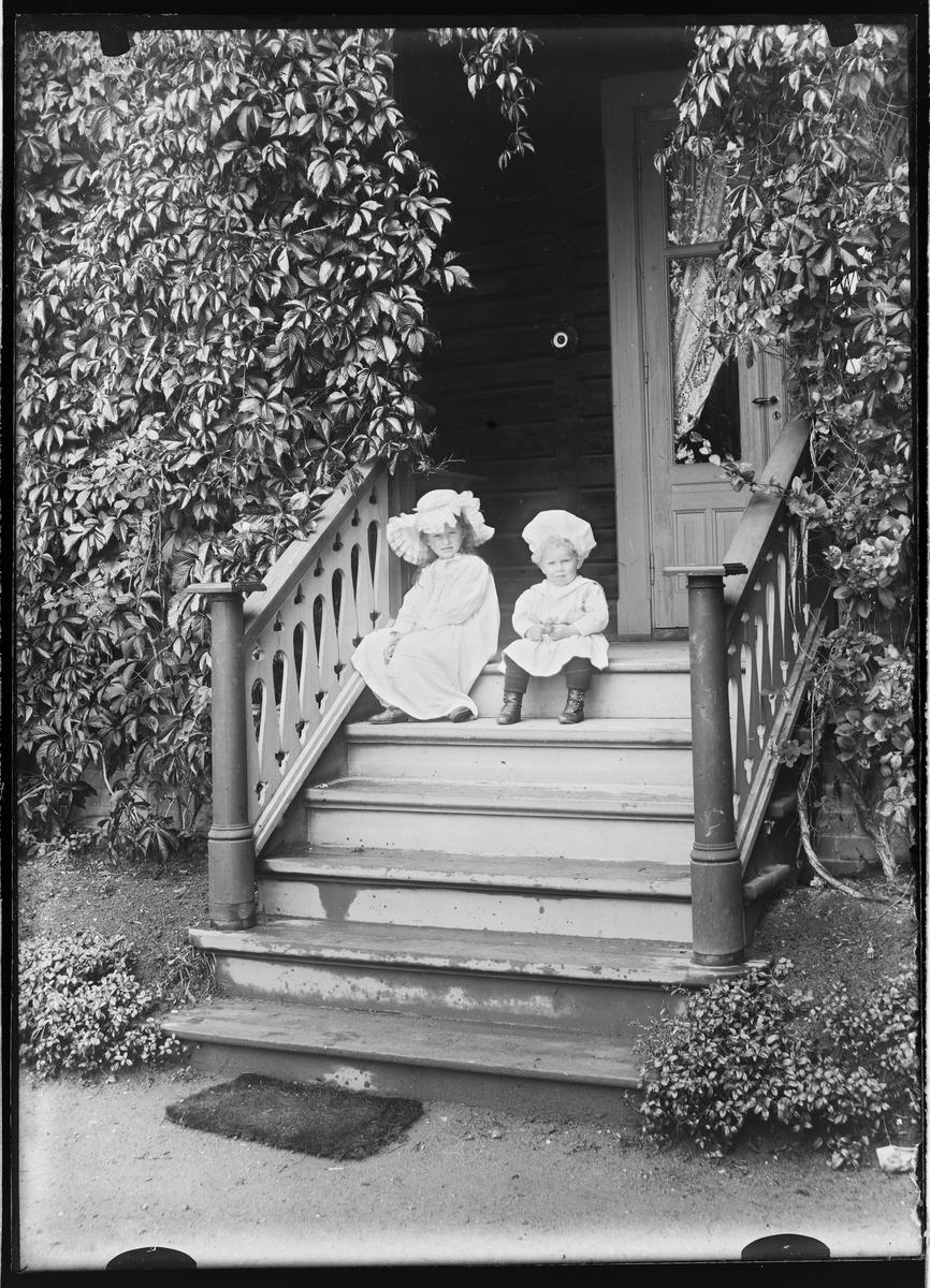 To små barn på trappen.