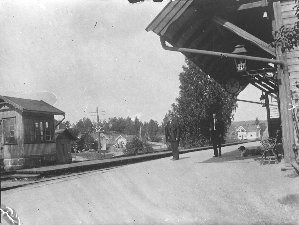 Under taket på Oppegård stasjon. På plattformen stasjonsmester Olaus Hansen og Einar Bratland