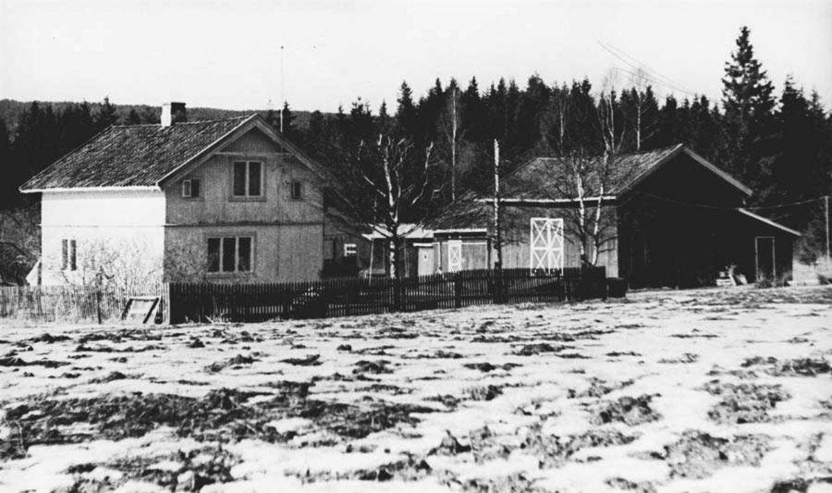Gårdstun. Bebyggelsen på Løvås. Bolighuset bygget i beg. av 1900-tallet. Låven er nå revet.