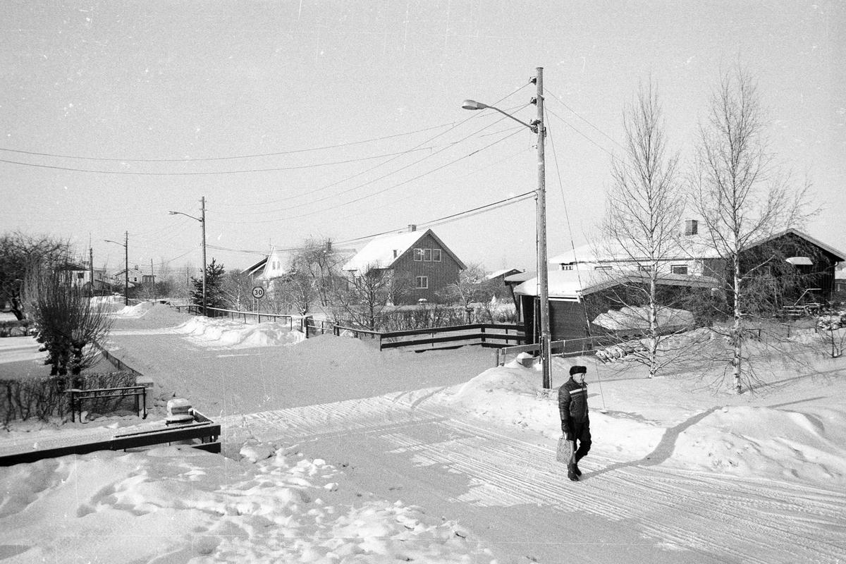 Fra Torgenholtveien (fra høyre nr. 1, 3, 5). Vinter, småhus , en mann som spaserer,