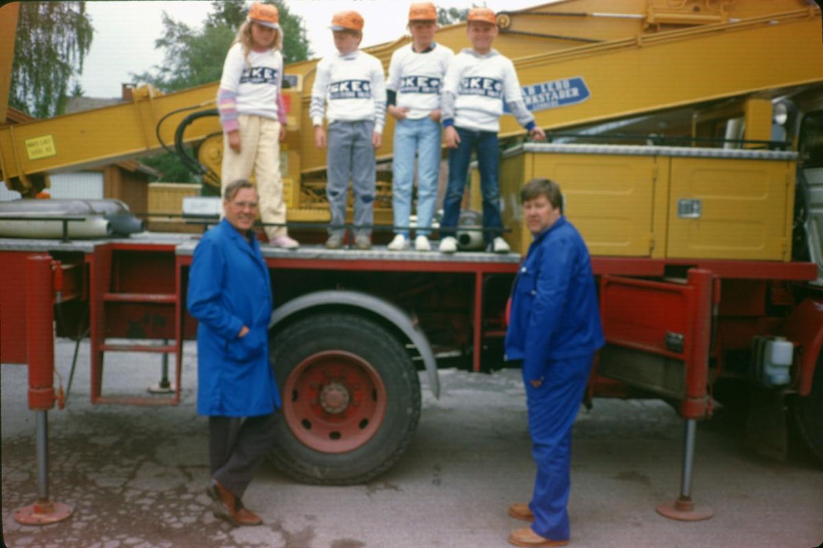 Åpen dag i Vestbygata 55. Ved kranbilen fra v.: Thorbjørn og Per Olav. Barn på lasteplan