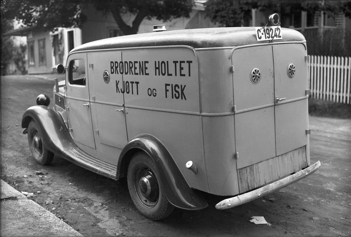 """Varebil: """"Brødrene Holtet Kjøtt og Fisk"""" Reg. nr.:  C-19242 Ford V8 1937 med norskbygd karosseri."""