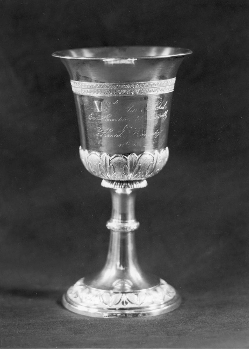 "Wergelandspokalen. Inskripsjon: ""7. mai. Pokal. En Påmindelse til Eidsvoll fra Henrik Wergeland. 1843."""