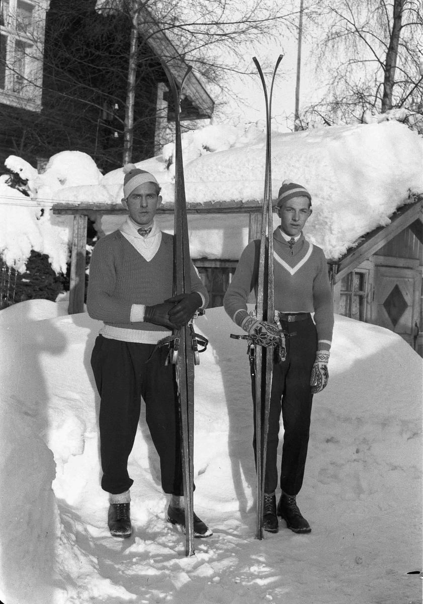 2 menn med ski