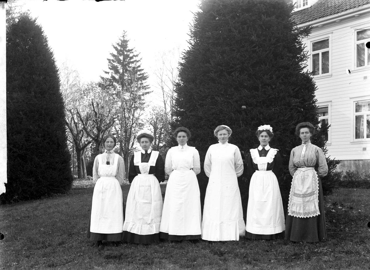 6 sykepleiere utenfor Stensby Sykehus