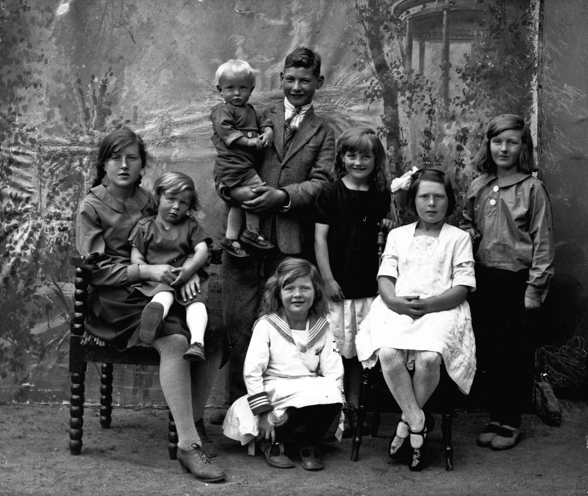 Barna til fjøsmester Gudbrand Sveen, gift med Anna Sollid. Fra v. sitter Kirsten med Else Margrethe. Deretter Eva som sitter på huk, Marthe. Til h. står Gerd. Bak står Oddvar med Einar på armen