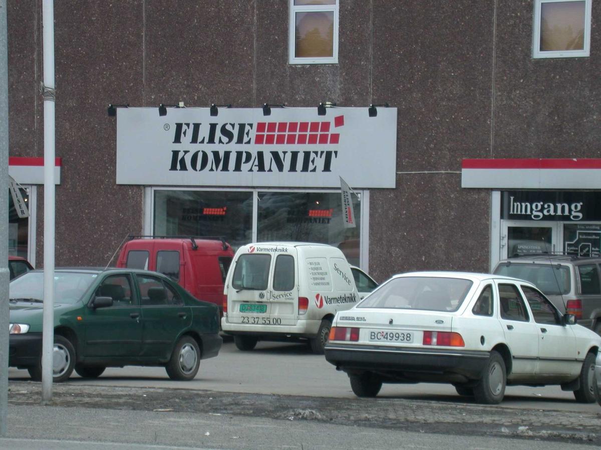 Skilt på fasaden Skårersletta 60 Fotovinkel: Ø