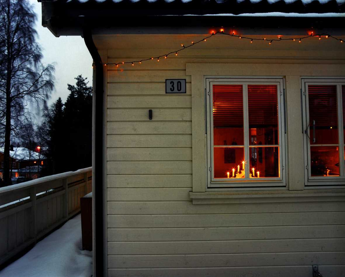 Julebelysning  Hvit julebelysning på tomannsbolig - fasadeutsnitt