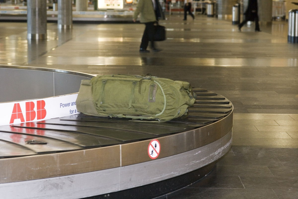 Vesker. Bagasjeutlevering innland. Bagasje på bagasjebåndet. Fotodokumentasjon i forbindelse med dokumentasjonsprosjekt - Veskeprosjektet 2006 - ved Akershusmuseet/Ullensaker Museum.