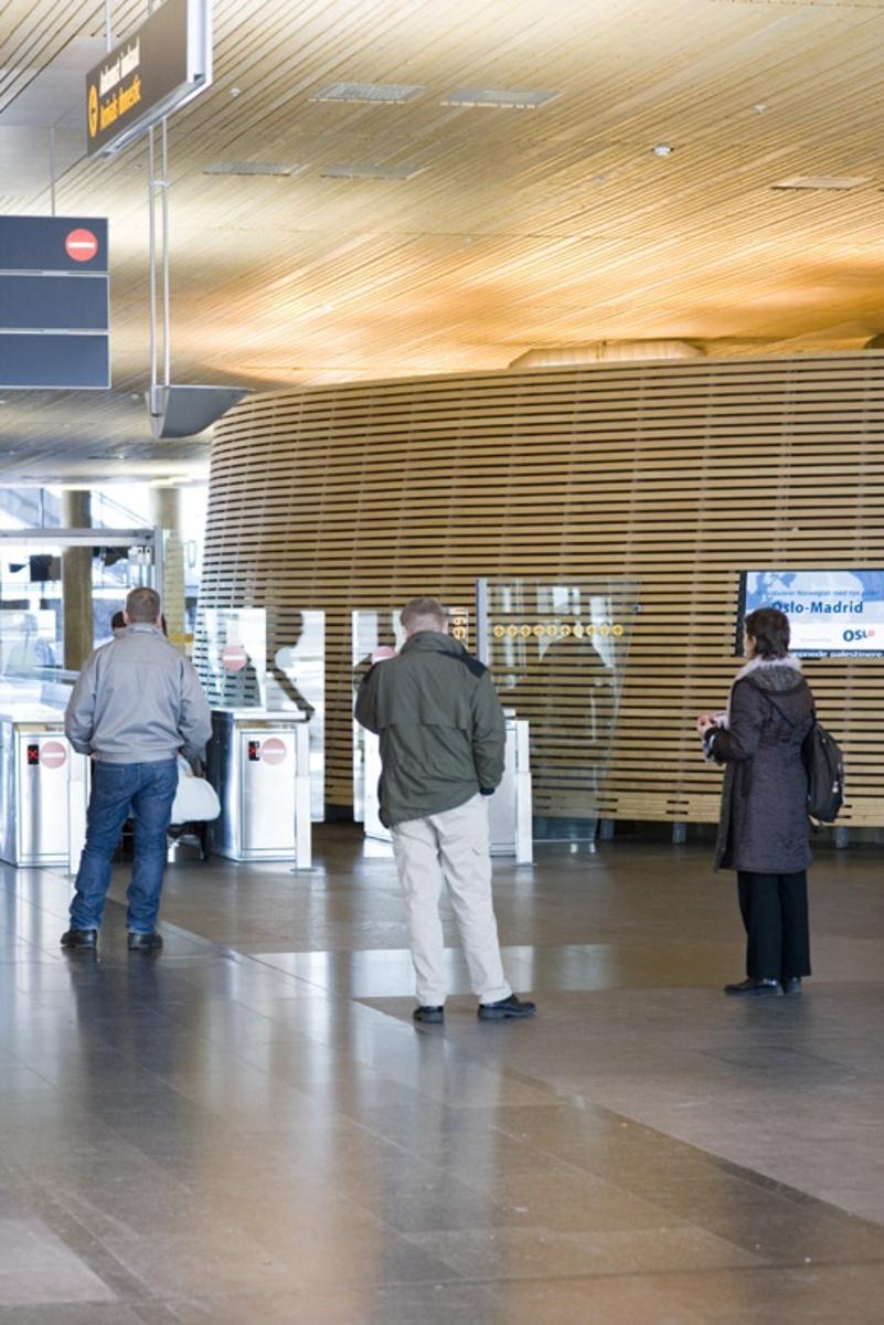 Vesker. Ankomst innland. Ventende personer er møtt frem for å hente reisende. Fotodokumentasjon i forbindelse med dokumentasjonsprosjekt - Veskeprosjektet 2006 - ved Akershusmuseet/Ullensaker Museum.