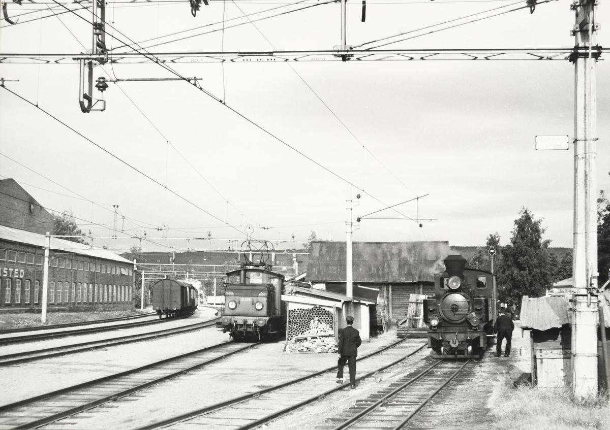 Skifting med lok 7 Prydz og El.10.2511 med godstog på Kongsvingerbanen.