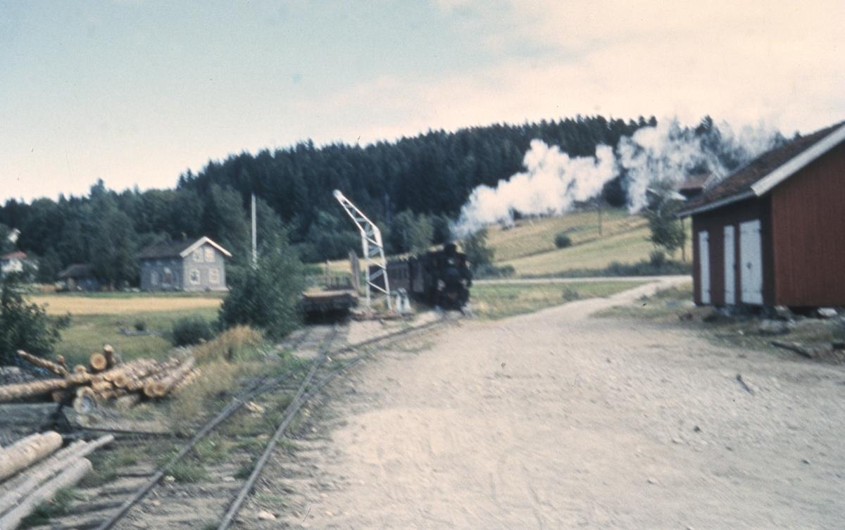 Tog 2051 bakker tilbake fra dampskipsbrygga til Skulerud stasjon