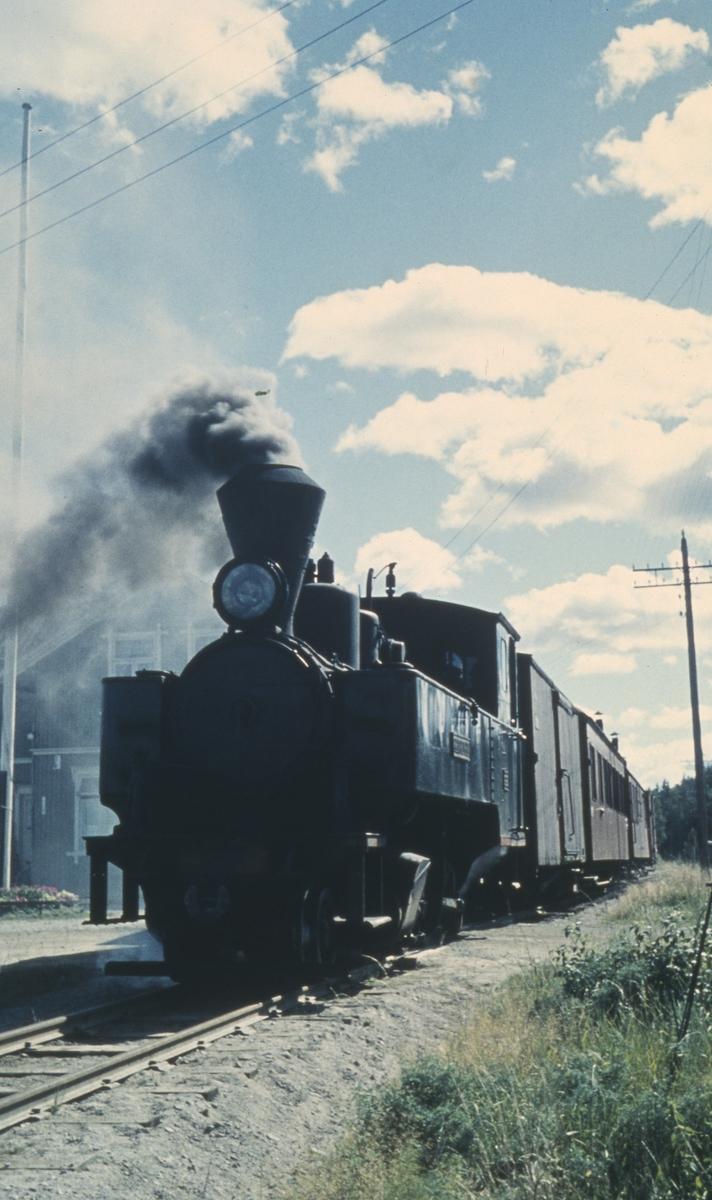 Tog 2058 til Sørumsand på Hemnes stasjon