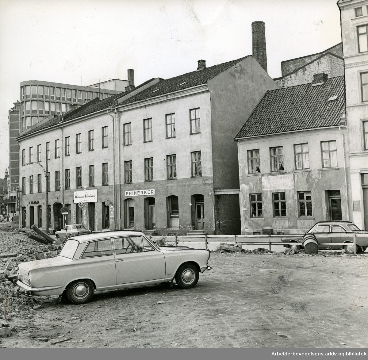 Karl XII's gate 7 & 9 på Vaterland med Hotell Viking i bakgrunnen,.oktober 1965